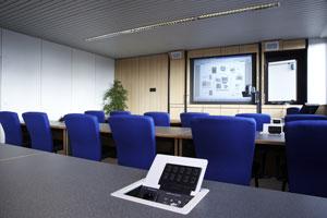 Mediensteuerung im Tischeinbaufeld mit freiprogrammierbarem 10er Tastenfeld, Cresnetanschluss, zwei Schukosteckgehäusen 230 V. Es können beliebige Kabel (RGB-HV, Video, Netzwerk, etc.) in diesem Tischtank integriert werden.